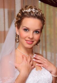 svadebnyie-pricheski-na-korotkie-volosyi-s-fatoy-i-zavivkoy
