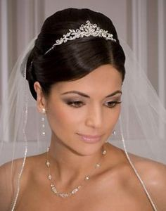 свадебная причёска с диадемой и фатой на длинные волосы
