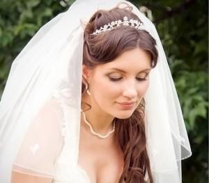 свадебная причёска с диадемой и фатой на средние волосы