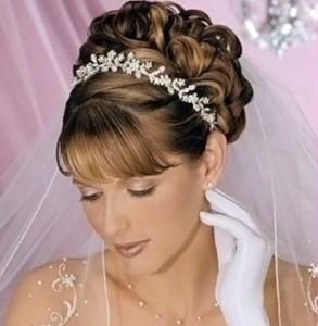 свадебная причёска с чёлкой на длинные волосы фото с фатой