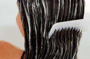 Используйте бальзам для облегчения расчесывания спутанных волос